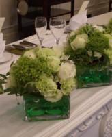 ガラスの花器とグリーンメイン装花