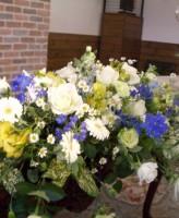 白バラ、ガーベラ、デルフィニウムのメイン装花