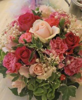 ピンクバラ、パールのゲスト装花